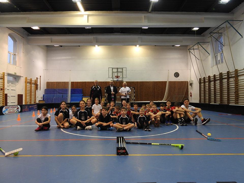 Iskolánkba látogatott – a Szigeti Rókák S. E. floorball edzésére – Nagy János polgármester